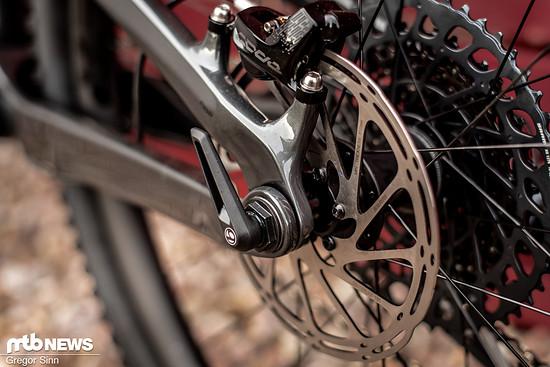 Durch den Drehpunkt in der Hinterrad-Achse will man unter anderem einen aktiven Hinterbau beim Bremsen garantieren.