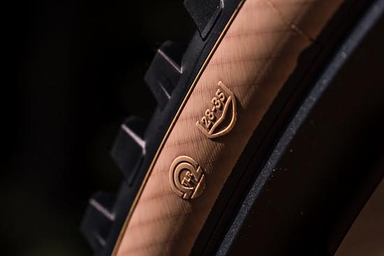 Der Reifen kommt mit Skinwall Karkasse, ist Tubeless Ready und harmoniert mit Felgen mit 28 bis 35 mm Innenweite