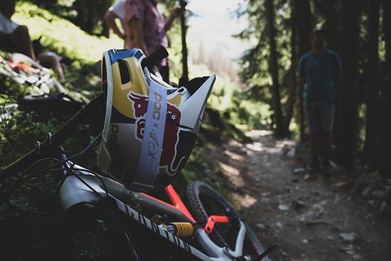 In einer Mischung aus stylischem Riding und einem augenzwinkernden Blick hinter die Kulissen der Videoproduktion zeigt Wibmer einmal mehr sein Können