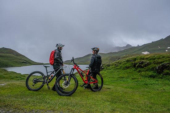 Eine Gondel hoch zum First und 45 Minuten pedalieren später kommen wir durchnässt am Bachalpsee an.