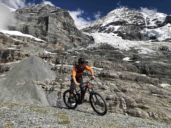 Die wenig befahrenen Abfahrten rund um den Eiger erkundeten wir dann mit den E-Bikes.