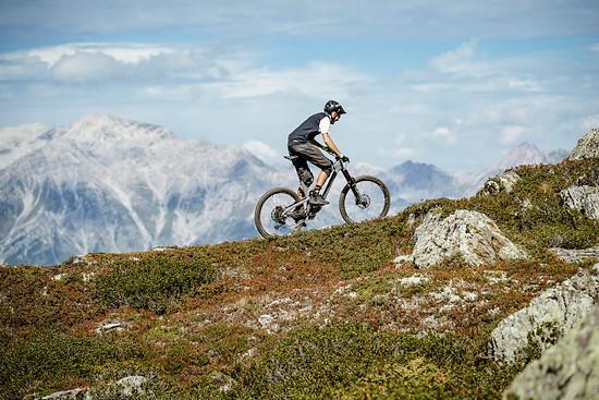 Gemessen an Federweg und Einsatzbereich ist das Propain Spindrift CF ein kletterfreudiges Bike