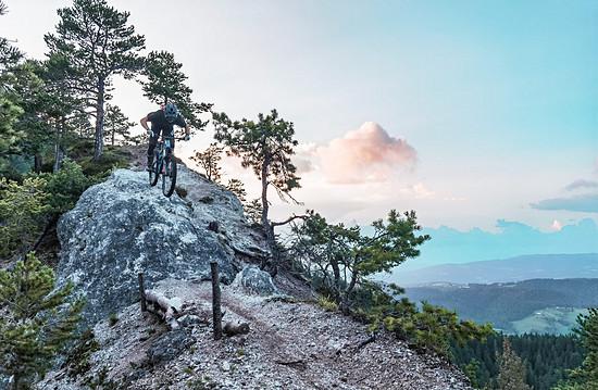 Auch anspruchsvolle alpine Trails bewältigt es gerne