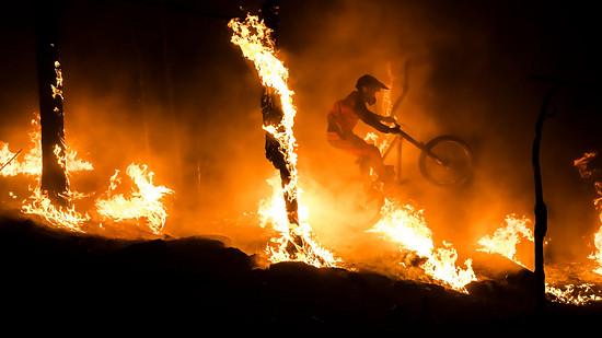 In From The Ach pflügt Nico Link durch einen brennenden Wald
