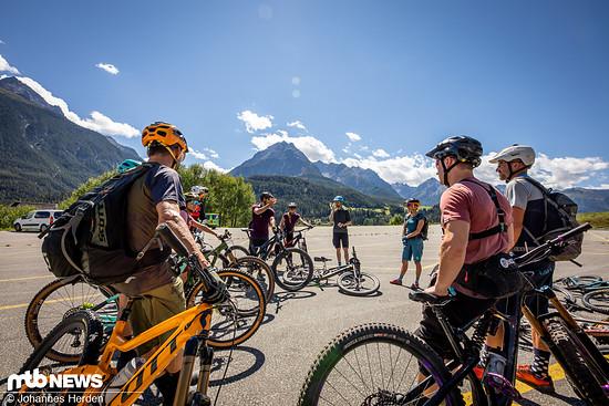 Hallo und guten Tag! Bei fantastischem Wetter treffen wir uns auf dem oberen Parkplatz der Bergbahnen in Scuol.