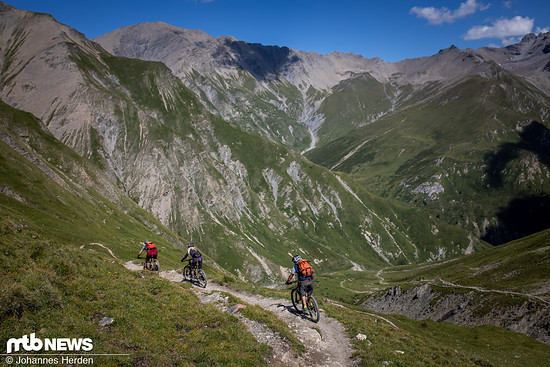 Während der Trail oben noch schmal und leicht zu fahren ist …