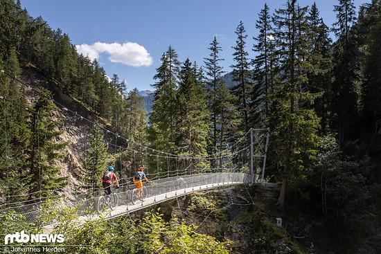 Über spektakuläre Brücken geht es langsam Richtung Sent.