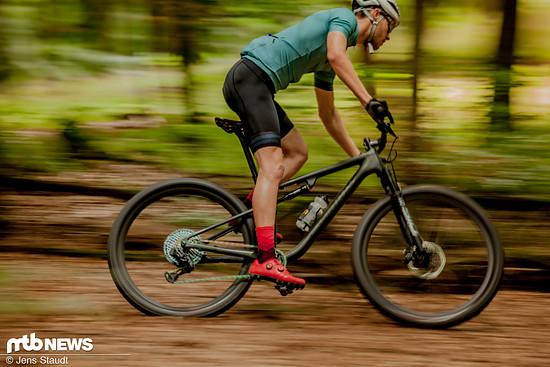 Wenn es um Schnelligkeit und Kletterfähigkeit bei einem XC-Rad geht, spielen das Gewicht und eine sportliche Sitzposition eine entscheidende Rolle!