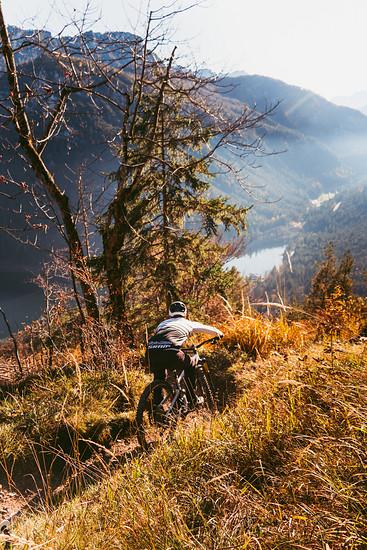 Herbstride mit Seeblick