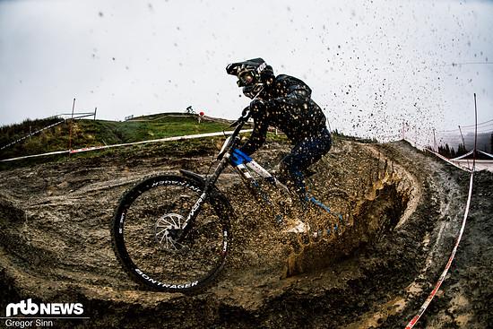 Weltmeisterbike: Reece Wilson fuhr das Trek Session in diesem Jahr zum WM-Sieg und hat Fotograf Gregor hier ganz schön nass gemacht!
