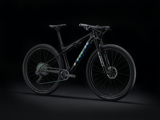 "Dieses Trek Supercaliber posiert in der ICON-Farbvariante ""Holographic Diamond Flake"""