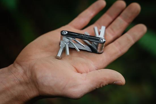 Hauptakteur des neuen Produkts ist natürlich das Tool. Klein und kompakt verfügt es über die 9 wichtigsten Tools.