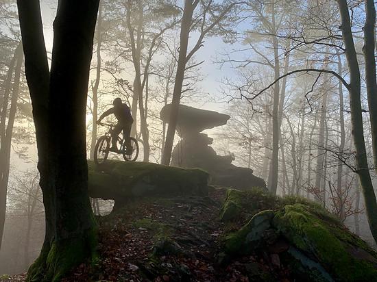 Mystisches Nebellichtbiken im Felsenland