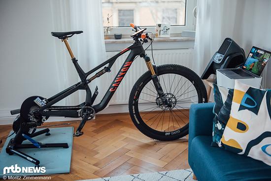 Im Herbst und Winter leidet das Fahrrad oft unter den matschigen Bedingungen. Im eigenen Wohnzimmer bleibt es hingegen gut in Schuss