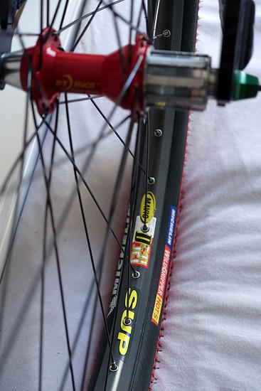 DT Hügi Naben mit Salsa Flip Off Rasta Schnellspannern auf Mavic D521 Felgen und Michelin Wildgripper Hot S Reifen