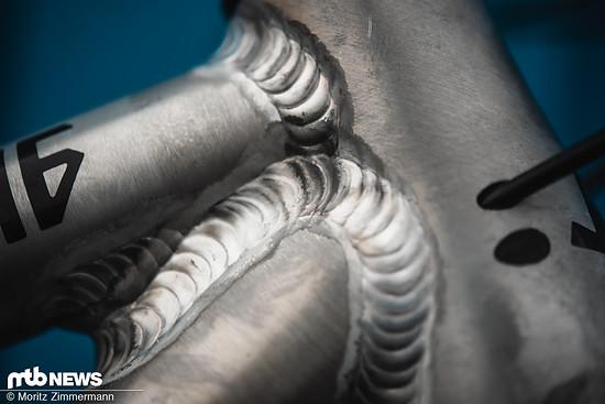 Die geraden Aluminium-Rohre werden in Deutschland zusammengeschweißt