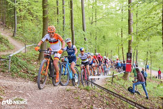 Dicht an dicht fahren die schnellsten Damen der Welt hier beim Weltcup in Albstadt auf einem Singletrail