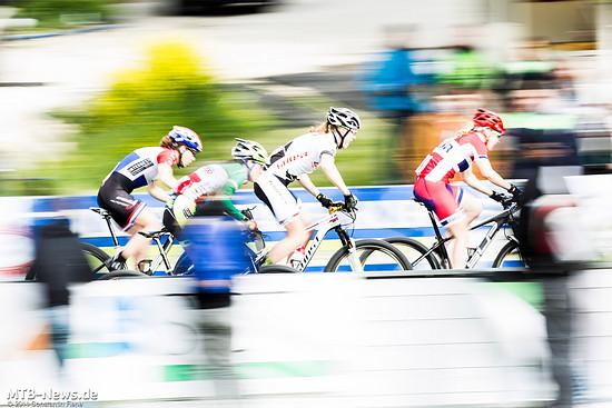 2013 sicherten sich Alexandra Engen (Bildmitte, weißes Trikot) und Daniel Federspiel in Albstadt den Sieg