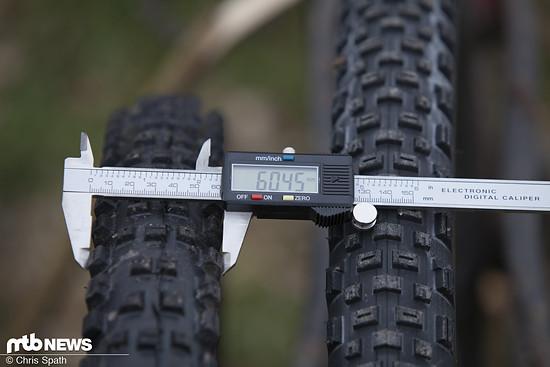 Knapp über 60 mm Breite auf einer Felge mit 25 mm Maulweite