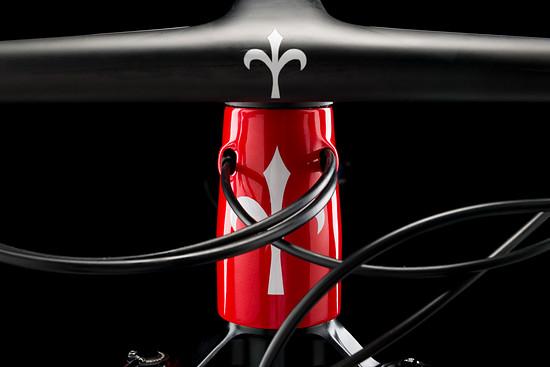 closeup-urta-black-red-21-906