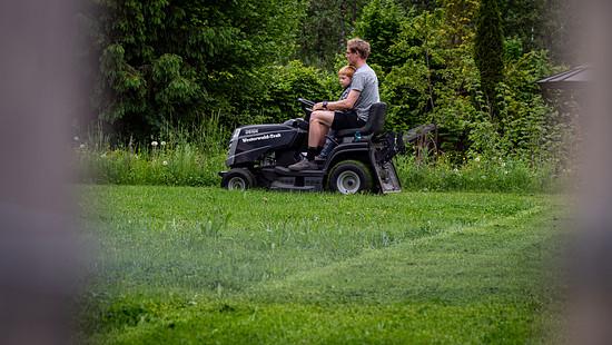 Das Nachmittagsprogramm ist weniger spektakulär als das der vergangenen Woche. Aber der Rasen wartet nicht, wenn Texi durch die Welt fliegt.