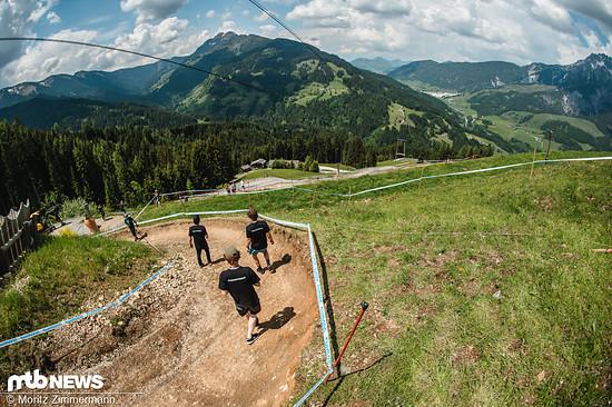 Viele, viele Monate mussten die Stars der Downhill-Szene darauf warten, wieder eine World Cup-Strecke unter die Stollen zu nehmen
