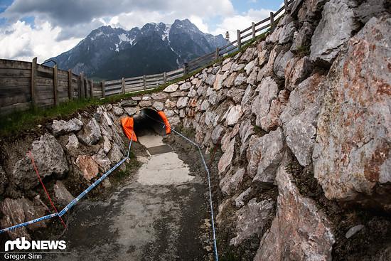 Mehrfach kreuzt die World Cup-Strecke diverse Wege, sodass man durch kurze Tunnel muss