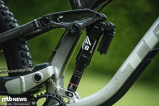 Verschiedenste Fahrer, unter anderem Vali Höll, sind auf neuen Blackbox-Produkten von RockShox unterwegs.