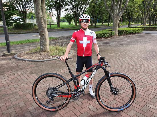 Der Gesamtweltcup-Führende mit seinem Rennflitzer für das Olympia-Rennen in Tokio