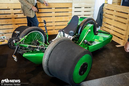 Das Aqua Quad ist ein amphibisches Fahrrad: Vorne befinden sich zwei Schwimmkörper für eine stabile Schwimmlage und guten Bodenkontakt, wenn man an Land fährt