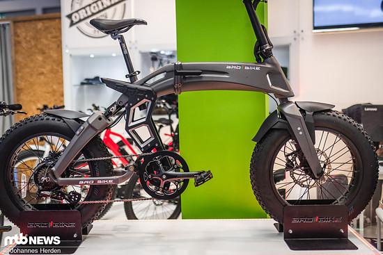 Bad Bike zeigt ein modernes Klapprad mit Federung und Fat-Tires.