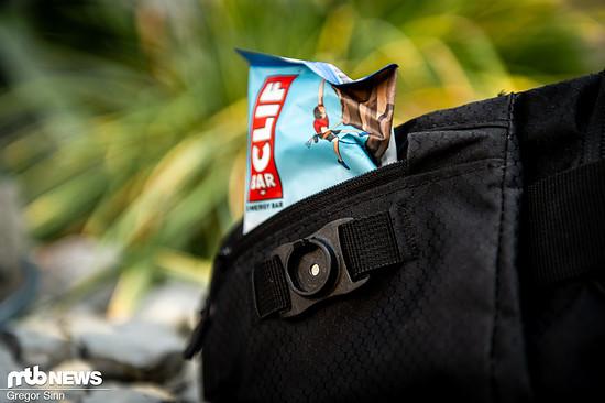 Die linke Seitentasche bietet Platz für Müsliriegel oder ähnliche Dinge, an die man schnell ran muss.