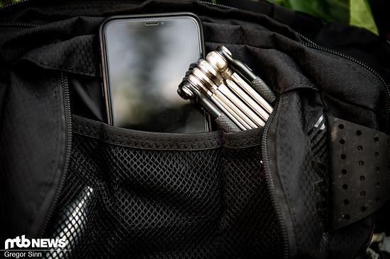 In den Netztaschen findet sich Platz für Handy und Werkzeuge