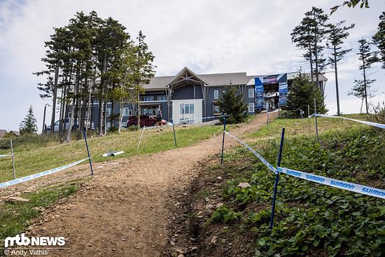 Direkt nach dem Start führt die Strecke nicht mehr geradeaus über die Skiwiese, sondern biegt in Fahrtrichtung gesehen nach links ab in den Wald.