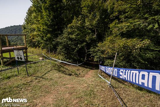 Wie bekannt macht die Strecke zunächst aber noch einen Rechtsknick in eine schnelle Waldsektion.