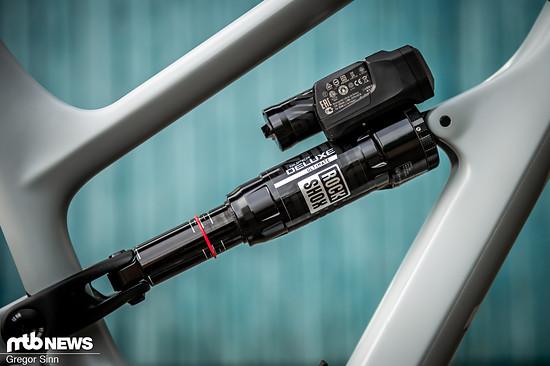 Gabel und Dämpfer sind mit Akkus ausgestattet und kommunizieren über das bekannte AXS-Netzwerk kabellos miteinander.